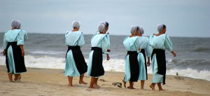 Amish people on the beach (maybe an Australian beach?). Image courtesy of Pasteur via WikiCommons.