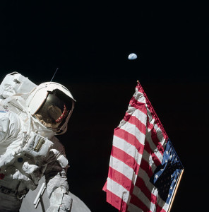 Astronaut_Harrison_'Jack'_Schmitt,_American_Flag,_and_Earth_(Apollo_17_EVA-1)
